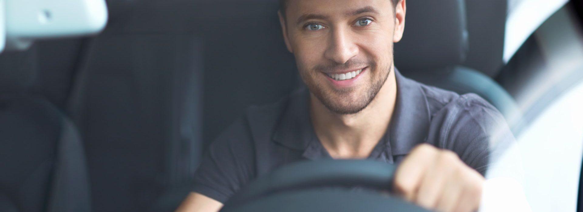 Studentchauffeur in auto achter het stuur