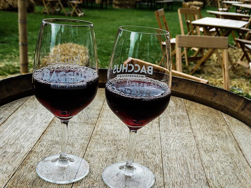 Bacchus festival glas met rode wijn